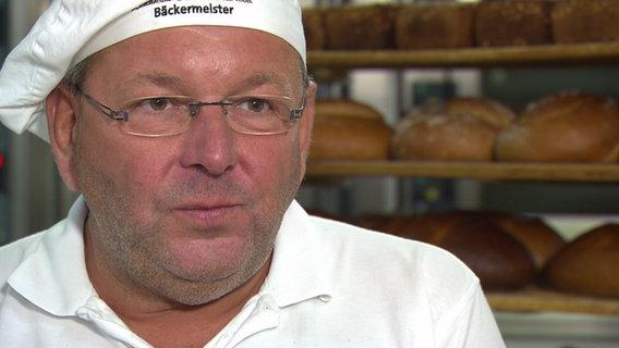 Bäckermeister Bernd Reichau steht in seiner Bäckerei.