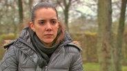 Lisa Pitaro steht im Park.