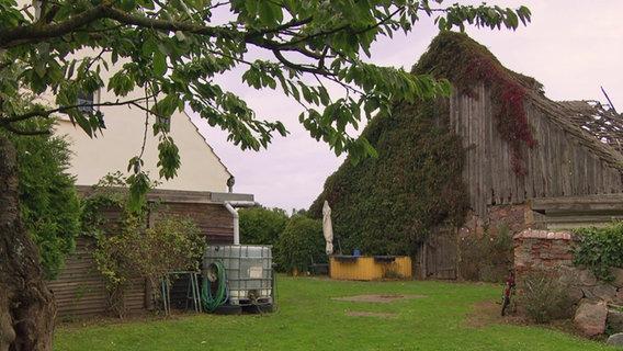 Das Haus von Roman Benter steht in Müggenburg bei Anklam. Wegen der baufälligen Scheune, die zum Grundstück gehört, ist es beinahe unverkäuflich.