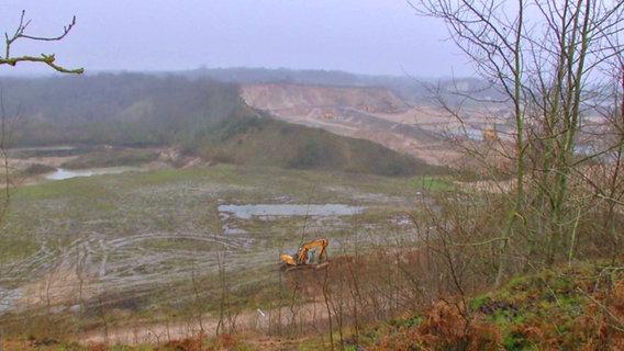 In einem Kieswerk bei Dithmarschen stieß Panorama 3 auf offenbar illegal eingelagerten Abfall.