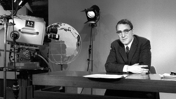"""Panorama 60 Jahre: Ein Mann steht hinter einer Kamera, dazu der Schriftzug """"Panorama"""" © NDR/ARD Foto: Screenshot"""