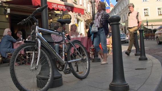 Ein angeschlossenes Fahrrad © NDR Foto: NDR