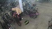 Eine Überwachungskamera in einem Fahrradparkhaus in Lüneburg filmt, wie Fahrräder aufgeflext werden. © NDR Fotograf: NDR