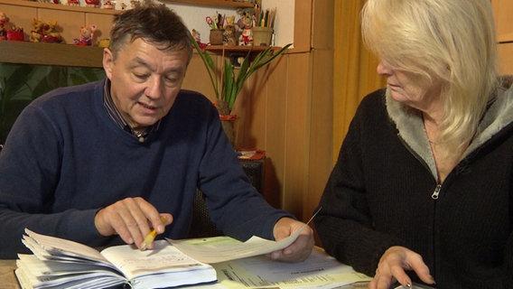 Harald Klenz, Energieberater der Verbraucherzentrale, und Ria Albrecht sitzen an einem Tisch.