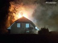 Das Haus von Karl Taruttis in Gägelow, Mecklenburg-Vorpommern, steht in Flammen.