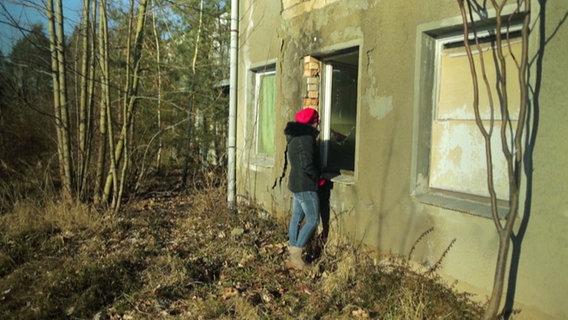Wencke Glomp vor dem ehemaligen Heim