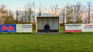 Gerold Pehl aus Jördenstorf in Mecklenburg-Vorpommern sitzt auf dem Fußballplatz.