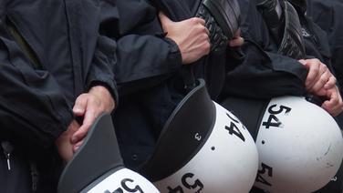 Polizeibeamte mit Helmen in der Hand