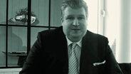 Rechtsanwalt Helmut Naujoks in einem Video