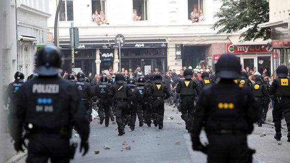 Rennende Polizisten in der Hamburger Lerchenstraße © PM Cheung