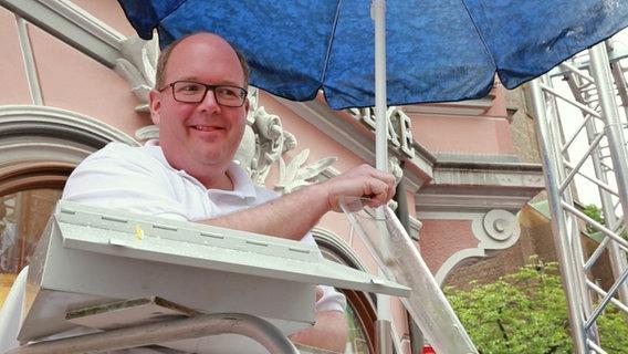 Ein Euro für jeden Teilnehmer: Peter Stadtmann als Wohltäter in Bottrop © NDR