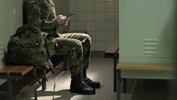Soldat am Handy