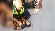 Ein Polizist drückt einen schwarzen Mann zu Boden © NDR Foto: Screenshot