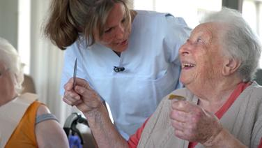 Daniela Ray (l.) mit Patientin © NDR Foto: Screenshot