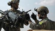 Soldaten mit YPG-Abzeichen © NDR Foto: Screenshot