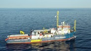 """Aufnahme der """"Sea-Watch 3"""" auf hoher See. © NDR Foto: Screenshot"""