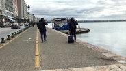 Mann mit Koffer am Wasser © NDR/ARD