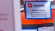Ein Schild mit der Aufschrift Finanzierung © NDR