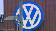 VW Schild hinter einer Laterne.
