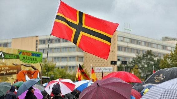 Wirmerflagge auf Pegida-Demo in Dresden © picture-alliance Foto: Jan Woitas