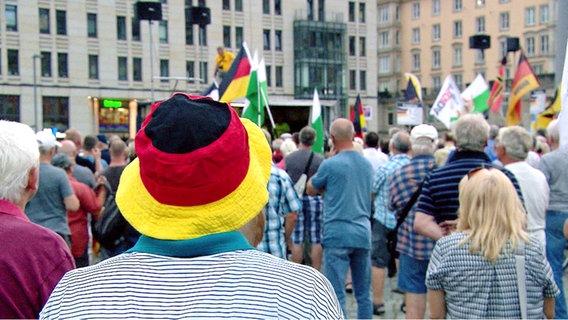 Mann mit Deutschland-Hut © NDR Foto: Screenshot