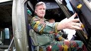 Kronprinz Philippe sitzt 2005 in Tarnuniform in einem Hubschrauber des belgischen Militärs. © picture-alliance / dpa Fotograf: AV Press