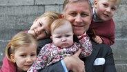 Kronprinz Philippe präsentiert im Dezember 2008 stolz seine vier Kinder: Prinzessin Elisabeth, Prinz Gabriel, Prinzessin Eléonore, Prinz Emmanuel (von links nach rechts) © picture-alliance / dpa Fotograf: Belga