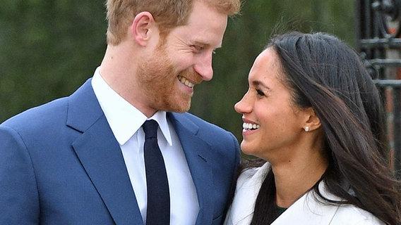 Der britische Prinz Harry und die US-amerikanische Schauspielerin Meghan Markle in London nach Bekanntgabe ihrer Verlobung. © PA Wire/dpa Foto: Dominic Lipinski