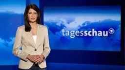 Sprecherin der Tagesschau Linda Zervakis im Studio © NDR Foto: Dirk Uhlenbrock