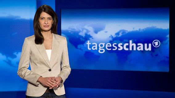 Sprecherin der Tagesschau Linda Zervakis im Studio © NDR Fotograf: Dirk Uhlenbrock