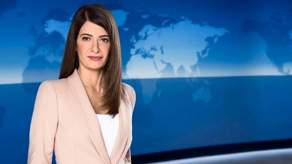 Sprecherin der Tagesschau Linda Zervakis im Studio © NDR Foto: NDR/Thorsten Jander